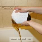 выливаем настой череды через марлю в ванну