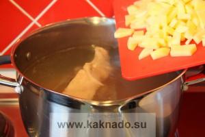 рецепт борща без соли, засыпаем картофель