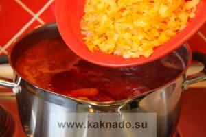 рецепт борща без соли, засыпать лук и морковь