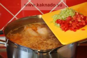 кладем в суп болгарский перец и порезанный помидор