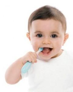 как правильно чистить зубы маленькому ребенку