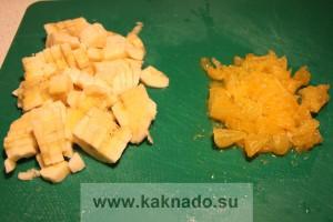 апельсин очистить от пленок и порезать, банан порезать кубиками
