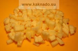 порезать яблоко для фруктово-творожного десерта