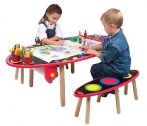 дети рисуют за детскими столами и стульями