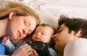 можно ли детям спать с родителями
