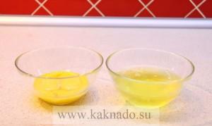 желтки в одной тарелке, белки - в другой