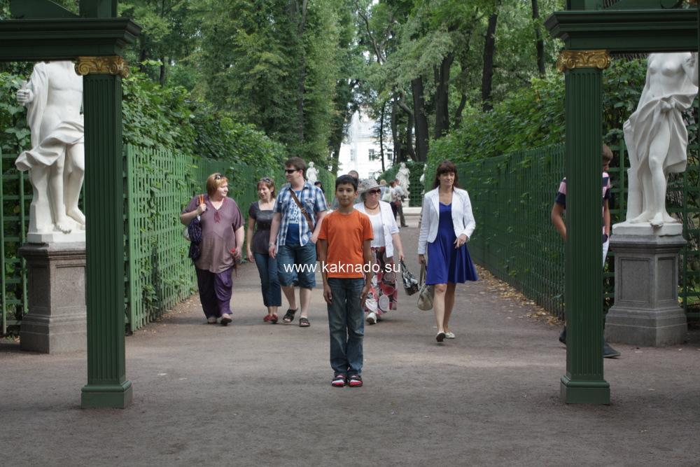 летний сад с ребенком