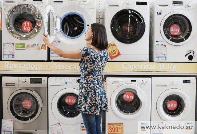 женщина покупает стиральную машинку